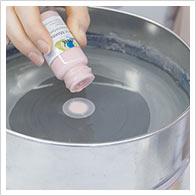 Riempire un secchio con l'acqua, versare rapidamente 3-5 gocce per colore.