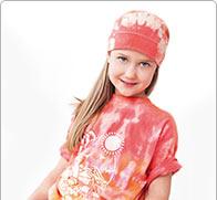 T-Shirts und Kappen mit sommerlichen Farben batiken